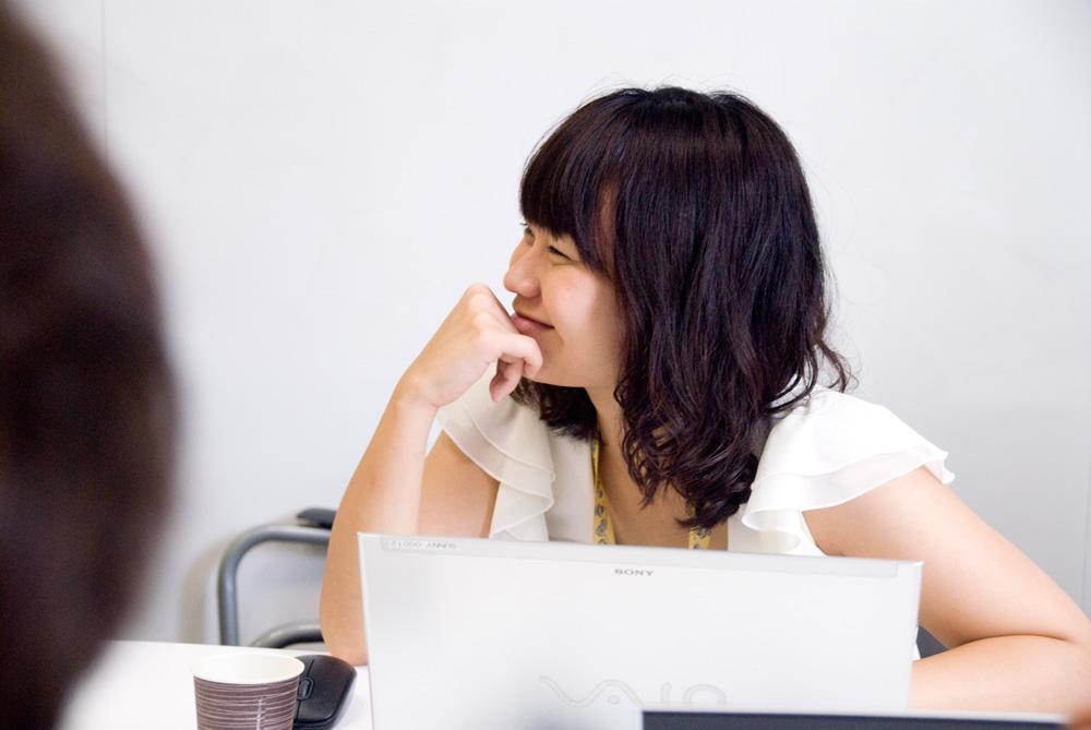 社内勉強会「ポーチドエッグ」の一コマ。新卒社員も役員も関係なく、最近の「オモシロイ!」を発表します。